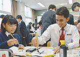 毛筆に挑戦するマレーシアの生徒(右)