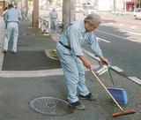 早朝清掃に励む岸野代表(手前)