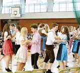 踊りを披露するドイツの生徒