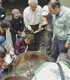 炊飯器の取り扱い方法を確認する参加者