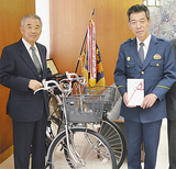 自転車を贈った橋本会長(左)と中野署長