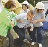 訓練で施設職員を救助する町内会の住民ら