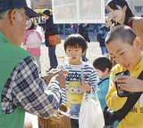 竹とんぼの飛ばし方を教える「ふるさと創生の会」のメンバー