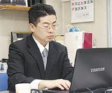 会社でパソコンを操作する横澤さん