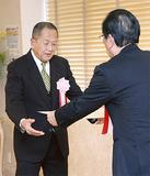 中島区長(右)から賞状を受け取る町田さん