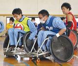 車いすをぶつけ合う特別支援学校の生徒