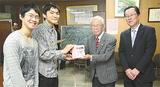 区長室を訪れた(左から)横総高の大場君、北井君と大津会長、中島区長