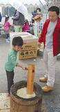 餅をつく幼稚園児