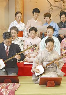 発表会で演奏する奥村会長(前列右)