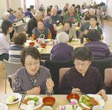 食事と会話を楽しむ参加者