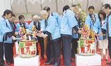 賀詞交歓会で鏡開きを行う大津会長(左から4人目)ら