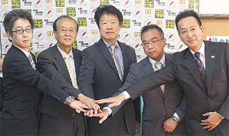 茅野連合町内会長(左から2人目)、栗田地区社協会長(中央)と事業者ら