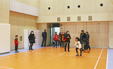 消防署の訓練室を見学する親子