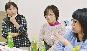 意見を聞く池永さん(左)