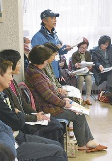 講座の中で意見を述べる住民