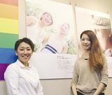 作品の前で笑顔を見せる室井さん(左)と恩田さん