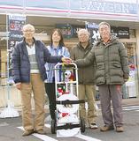 左から町会会防災部長の杉本辰美さん、小泉店長、市川会長、鈴木利一副会長