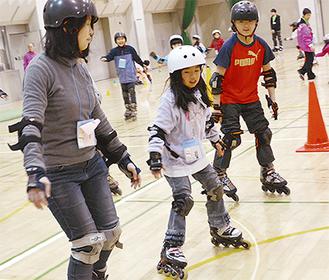 インラインスケートを楽しむ子どもと大人