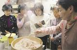 受講者に赤飯の蒸し方を教える前川さん(右)