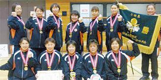 喜ぶメンバー(写真提供・横浜南地区ママさんバレーボール連盟)