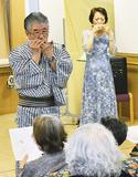 ハーモニカ演奏を披露する若林さん(左)