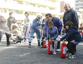 水消火器を操作する日枝小の児童