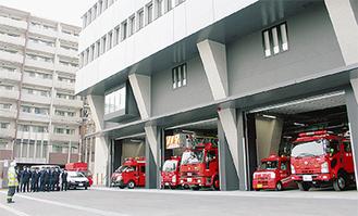 南消防署1階の車庫に並ぶ消防車など