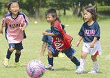 ボールを追いかけるみずきSCの子ども(同クラブ提供)