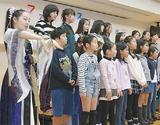手話を交えて歌う有希乃さん(左)と合唱クラブの児童