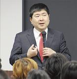 講演する明橋さん