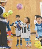 サッカーボールで遊ぶ子ども
