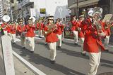 お三の宮通りで行進する横浜消防音楽隊