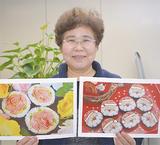 絵巻き寿司の写真を持つ中矢さん