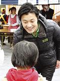 子どもに話しかける遊佐氏