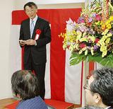 関係者を前にあいさつする松田副社長