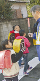 小学生に交通安全を呼びかける参加者