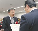 感謝状を受け取る日枝東部町内会の浜野利郎会長(左)