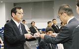 大木区長(右)から委嘱状を受け取る指導員