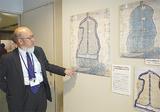 展示された開発図。左は資料館の斉藤さん