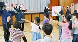 補導員らと一緒にダンスを踊る児童