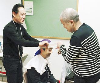 仮装用かつらを準備する南太田小の石川校長(中央)