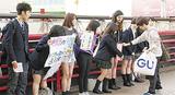 橋上で募金を集める生徒