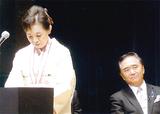 黒岩祐治県知事の前で謝辞を述べる高砂さん
