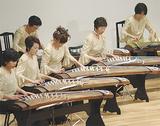 華やかな衣装で演奏するメンバー(昨年の様子)