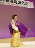袴を着て舞う出演者