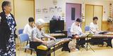 演奏する三曲会のメンバー