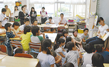 公開された5年1組の授業を見学する教諭ら