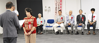 荒川さん(左から2人目)ら受賞者