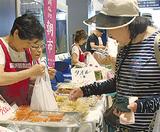 惣菜を購入する買物客