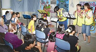 リコーダー演奏を披露する永田台小学校の教諭ら